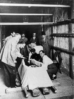 Howard Carter opening mummy of King Tut, 1925