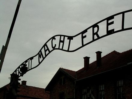 640px-Auschwitz_gate_june2005